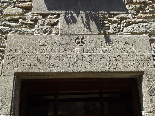 """Türsturz über dem Eingang zur früheren Apotheke. Der lateinische Spruch besagt, dass der """"Höchste"""" aus der Erde Medizinen für die menschlichen Krakheiten sprießen ließ"""