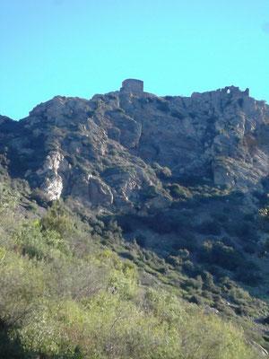 """Die Burg von der Steilseite ( Sant Onofre) aus gesehen ( """"Sprung der Maurenkönigin""""). An diesen Wänden verunglückte Sebastian"""