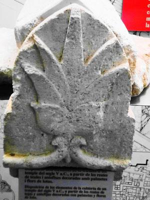 Bruchstück von einem alten Tempel (Palmette)