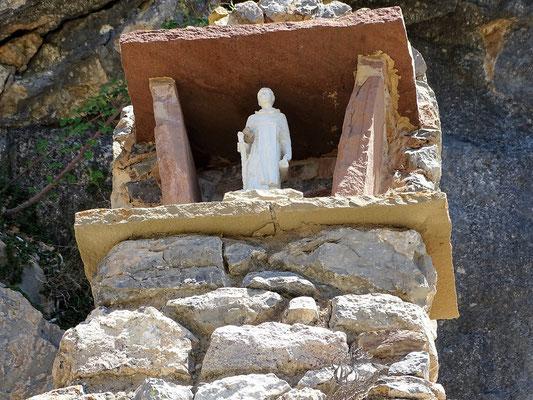 Ein Pilgerdenkmal vor dem Heiligtum