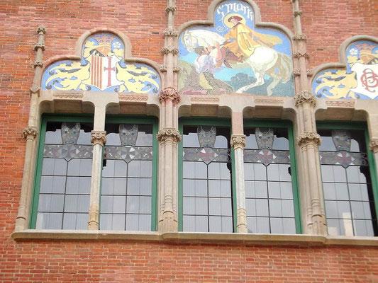 Fenster und Malerei an einer Wand des Empfangsgebäudes ( Sankt Martin)
