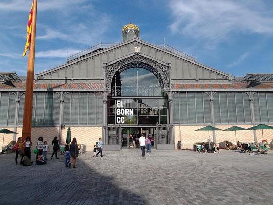 Der vordere Eingang der Halle
