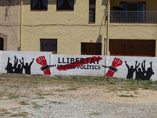 ...für die Unabhängigkeitspolitiker im Gefängnis (Aufnahmen vor dem Parlament in Barcelona und in einem katalanischen Dorf)