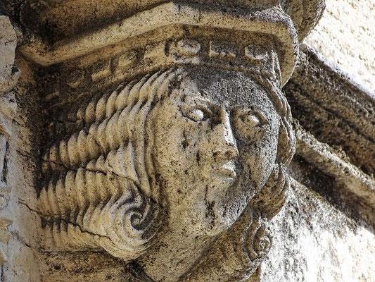 """Ist das eine """"Seejungfrau"""", die uns über dem Kirchenportal anblickt?"""