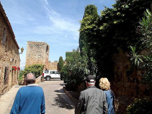 Vom befestigten Herrenhaus Ca La Pruna (heute Museum) starten wir zum Gang durch das alte Pals. Im Hintergrund einer der Türme der früheren Stadtbefestigung. Mit seinen restaurierten alten Häusern und engen Gassen wirkt Pals wie ein Mittelalter-Museum...
