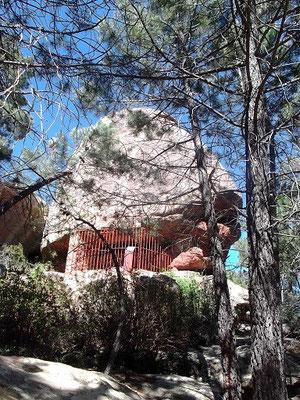 Eines der Felsendächer (Abrigos) unter dem sich Felszeichnungen befinden