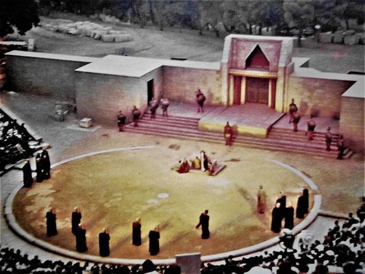 Rekonstruktion einen klassischen griechischen Theaters mit Skene (mit Chor), Bühne und Bühnenaufbau (Knauer/Droemer, Welt der Antike)