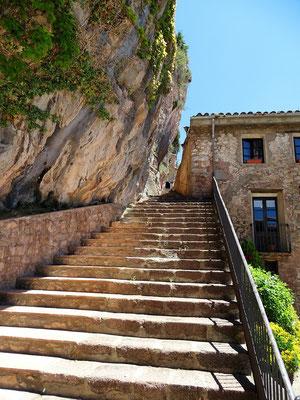 Diese steile Treppe soll der Graf Arnau von seinen Untergebenen in den Felsen haben hauen lassen, ohne ihnen den verdienten Lohn zu geben