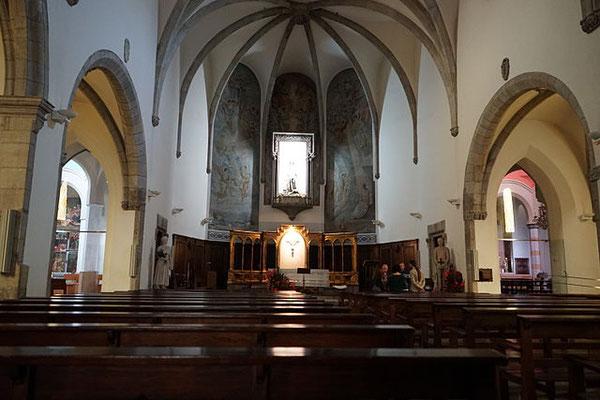 Schiff der Kirche - rechts und links Blick in die Seitenkapellen