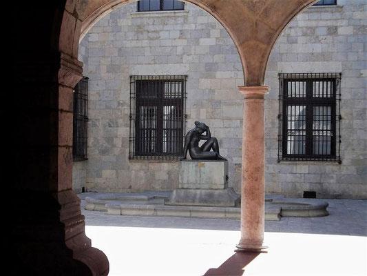 Hinter den Arkaden des Hôtel de Ville (Rathaus) entdecken wir eine weitere Figur des Bildhauers Maillol, die Bronzefigur der Méditerranée