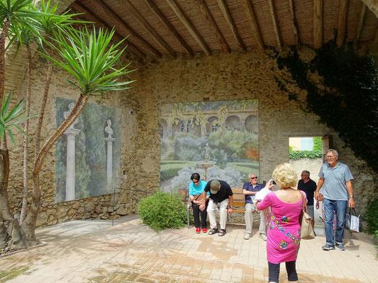 Vor einer der Ausstellungssäle des Museums Perramón