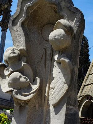 Engelchen an einem von Conill i Conobbio geschaffenem Grabmal