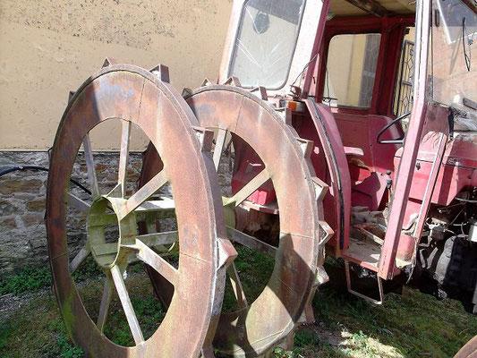 Diese Maschine ist dafür ausgerüstet, die sumpfigen Felder zu durchqueren und den Boden zu lockern