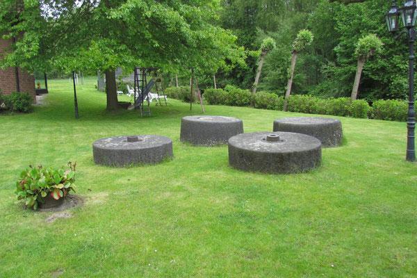 Mühlensteine auf dem Garten