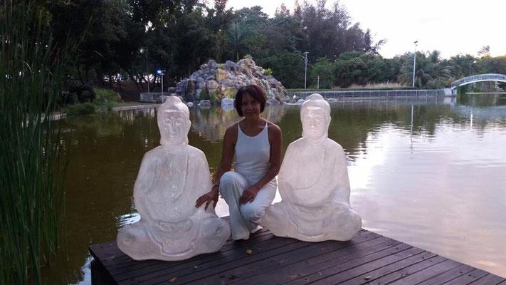 Weiße Floating Buddhas
