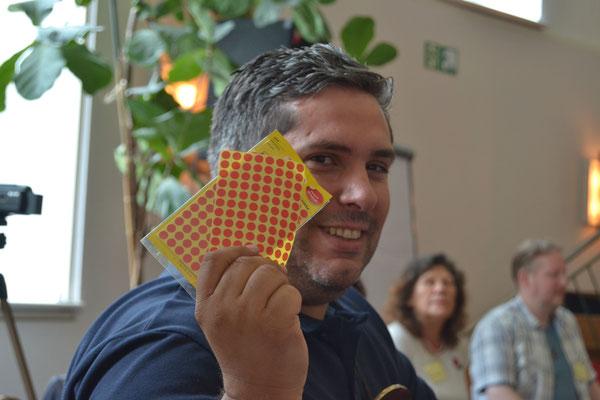 Geistheiler Jesus Lopez mit roten Punktaufklebern