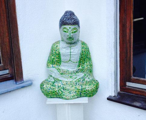 Buddha auf Podest