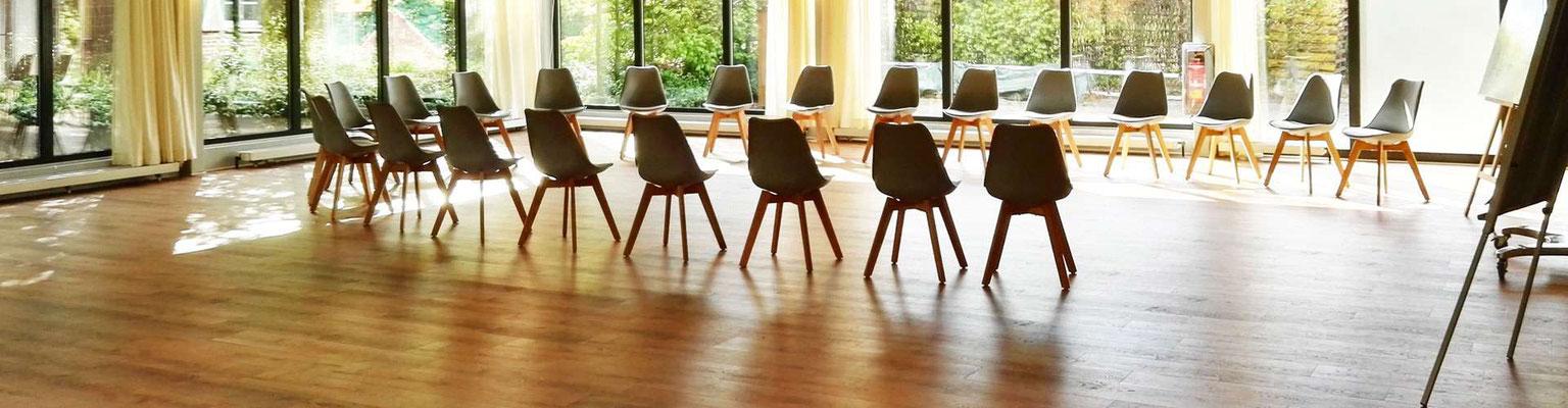 Seminarraum mit Stühlen und viel Licht