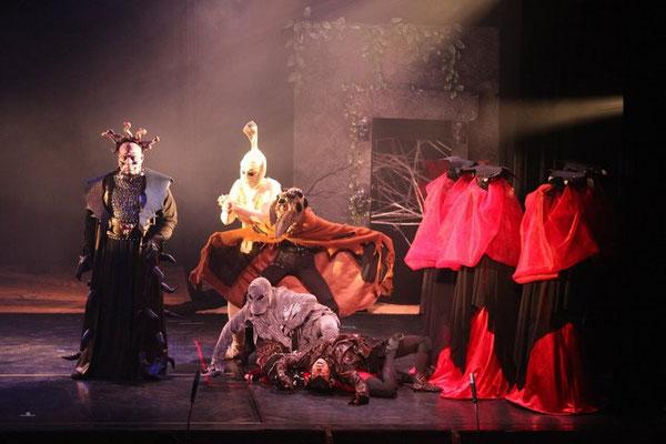 Oberon (Tritano Evans) approaches Titania's faeries