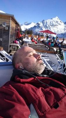 Auf der Skihütte ist auch einmal Zeit um die Sonne zu genießen.