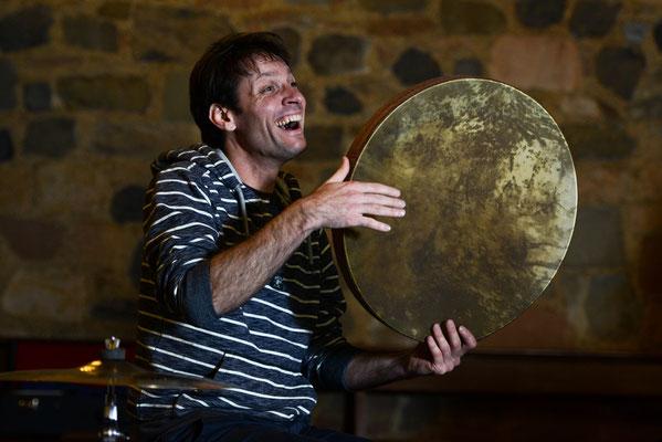 Pankratiuskapelle Gießen 18.11.2017, Moritz spielt die Persische Rahmentrommel Daf