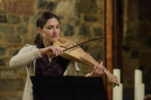 Pankratiuskapelle Gießen 18.11.2017, Daria spielt den Geigenvorfahren Rebec