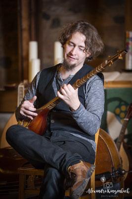 Pankratiuskapelle Gießen 18.11.2017, Markus spielt die Iranische Laute Setar