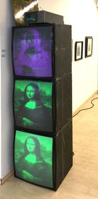 Ralph Eckert Mona RGB (da Vincis Negative, 2017, Dreikanal-Videoinstallation mit Ton auf drei Kontrollmonitoren mit Oszillograph und Kupferplatte 1/3, je Monitor 60x47x46