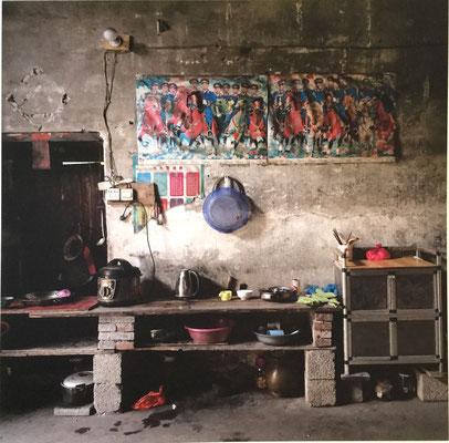 Eine Wand im Inneren eines Hauses. Die Dinge in Standby: Kabel, Steine, ein improvisiertes Regal. Erst die uniformierten Reiter an der Wand lassen erahnen: In diesem Haus ist steter Kampf um ein besseres Leben. Dass Hilfe auf dem Pferd kommt, ist aber unw
