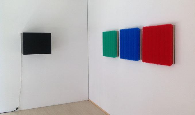Links, Understatement,  Kronleuchter in Behälter aus MDF,   46 x 60 cm, Unikat. Rechts, o. T., Besen auf Aluminium, blau, 50 x 50 cm  o. T., Besen auf Aluminium, grün, 50 x 50 cm  o. T., Besen auf Aluminium, rot, 50 x 50 cm