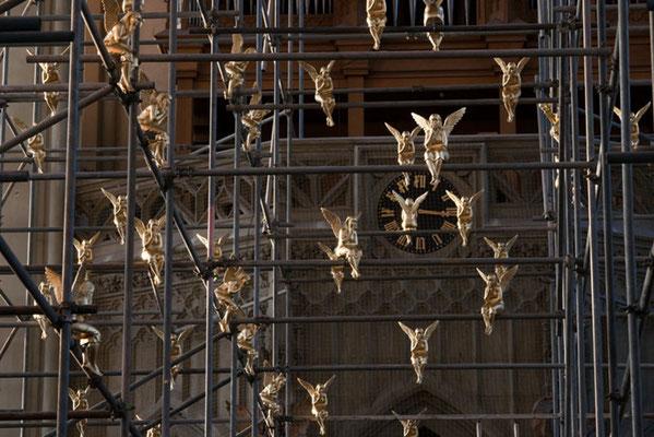 """Installation """"Engel über München"""" in den Gerüsten der Heilig-Kreuz Kirche in München-Giesing, 2009 Der Innenraum der Heilig Kreuz Kirche in München-Giesing wurde für      Renovierungsarbeiten völlig eingerüstet. Das Kirchenschiff gleicht einem Wald aus Ge"""