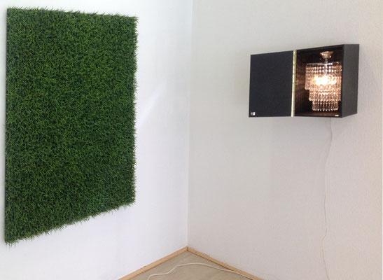 Rasenstück 150 x 150 cm 1990 Kunststoffplanzen auf Holz,  Rechts, Understatement,  Kronleuchter in Behälter aus MDF,  43 x 32 cm,   Auflage 10 Exemplare