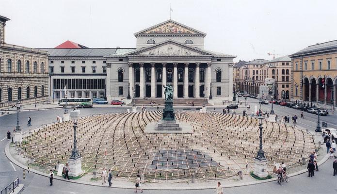 Welcome, 1998                                                                        Installation mit 4000 Zwergen auf dem Max-Josef-Platz in München  Anlässlich der Internationalen Opernfestspiele 1998 installiert Ottmar Hörl 4000 Welcome-Zwerge, die fre