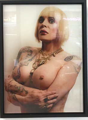 Genesis Breyer P-ORRIDGE, 2018, Topless Poor-Trait (Mona) C-Print auf Plexiglas gerahmt 3+2 AP, 39,37x28,57 cm