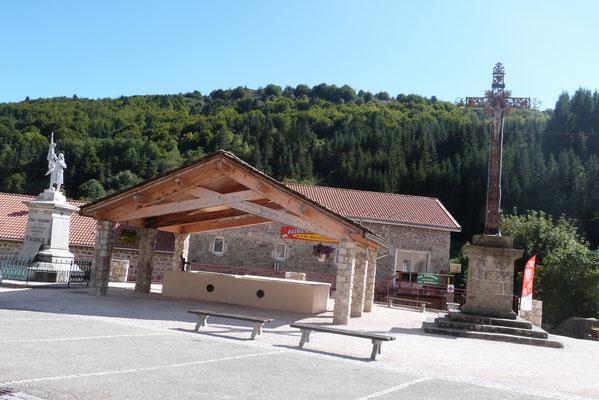 La place du village de Cros de Géorand (Perrine)