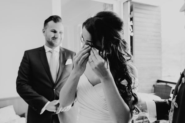 Emotionale Braut mit Taschentüchern