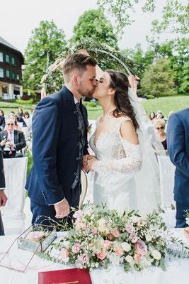 Brautkuss von Braut und Bräutigam