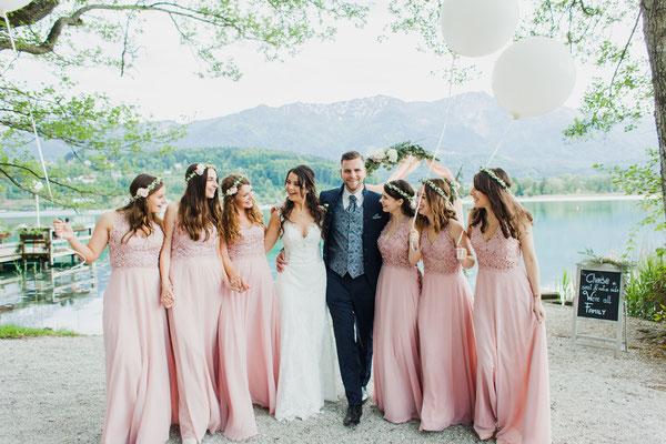 Bewegtes Gruppenfoto mit Hochzeitspaar und Gästen