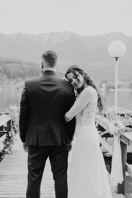 emotionales Brautpaarfoto am See