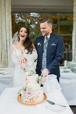 Tortenanschnitt auf der Hochzeit