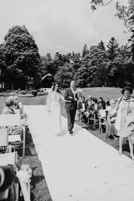 Braut mit Brautvater beim Einzug der Hochzeitsfeier