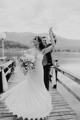 Tanzendes Hochzeitspaar am See
