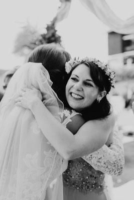 Gratulationen von Freunden auf der Hochzeit
