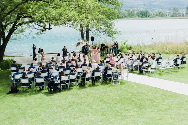 Gäste auf der Hochzeit am See