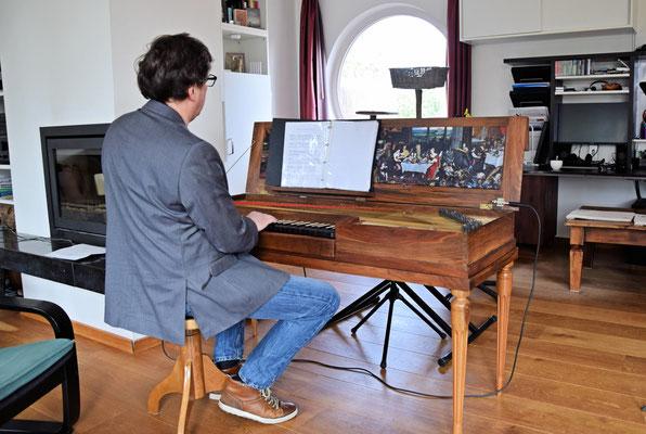 Fred begeleid Hans op de clavicord