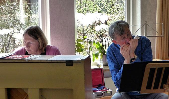 Kirstine en Kees met Satie op de mondharmonica