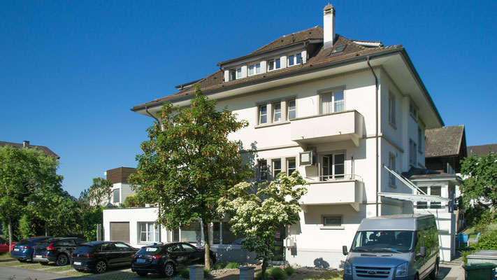 Haupteingang und Aussenansicht Haus 1 - Therapiezentrum Meggen
