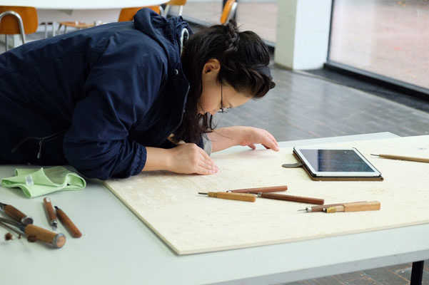 ロストックで撮った写真を見ながら彫っています。- I've just carved woodblocks while looking at the photos taken in Rostock.