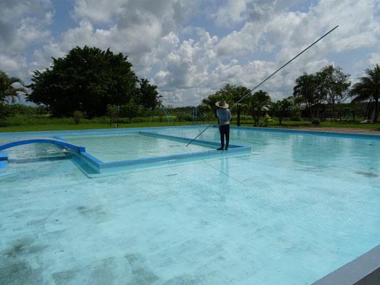 Zwembad aan het schoonmaken