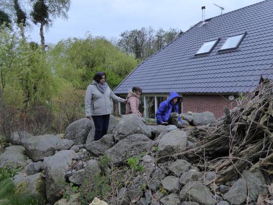 Bhartie, Rashmi en Roshan op de rotsheuvel